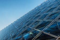 Sluit omhoog van een moderne architectuurachtergrond, de bouw gemaakt van glas Royalty-vrije Stock Afbeeldingen