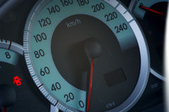 Sluit omhoog van een moderne autospeedmeter Stock Afbeelding