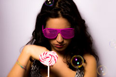 Sluit omhoog van een mooi meisje met professionele samenstellings blazende zeepbels rond haar Stock Fotografie