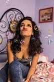 Sluit omhoog van een mooi meisje met professionele samenstellings blazende zeepbels rond haar Royalty-vrije Stock Foto's