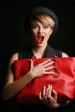 Sluit omhoog van een mooie vrouw met een redelijkheid van humeur, die haar buitensporige rode zak houden Royalty-vrije Stock Afbeelding