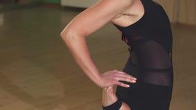 Sluit omhoog van een mooie vrouwen practiving yoga in de avond stock videobeelden
