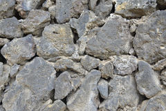 Sluit omhoog van een muur van lavasteen die wordt gemaakt Royalty-vrije Stock Afbeeldingen