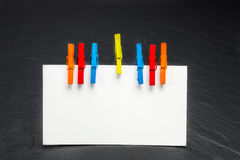 Sluit omhoog van een notadocument en wasknijpers Royalty-vrije Stock Afbeelding