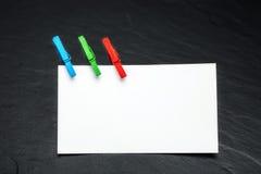 Sluit omhoog van een notadocument en wasknijpers Royalty-vrije Stock Fotografie