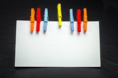 Sluit omhoog van een notadocument en wasknijpers Royalty-vrije Stock Foto