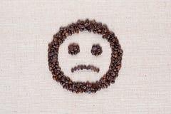 Sluit omhoog van een ongelukkige smiley die van koffiebonen wordt gemaakt royalty-vrije stock afbeeldingen