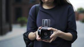 Sluit omhoog van een onherkenbaar meisje met een ouderwetse buiten camera stock footage