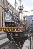 Sluit omhoog van een oud koopvaardijschip zonder water in de haven in Londen, het Verenigd Koninkrijk royalty-vrije stock foto's