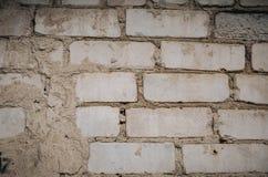 Sluit omhoog van een Oude BuitenBakstenen muur met Bevlekte en Schil Witte Verf royalty-vrije stock afbeelding