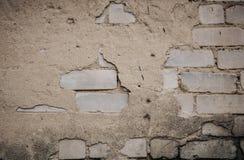 Sluit omhoog van een Oude BuitenBakstenen muur met Bevlekte en Schil Witte Verf stock afbeeldingen