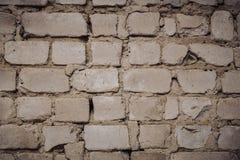 Sluit omhoog van een Oude BuitenBakstenen muur met Bevlekte en Schil Witte Verf stock foto's