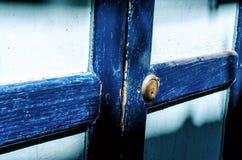 Sluit omhoog van een oude houten blauwe deur Zonschaduw Stock Afbeeldingen
