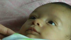 Sluit omhoog van een oude Spaanse baby van twee maand stock footage