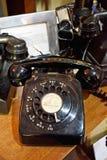 Sluit omhoog van een ouderwetse zwarte gekleurde telefoon stock foto's