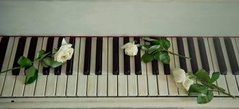 Sluit omhoog van een pianotoetsenbord Stock Afbeelding