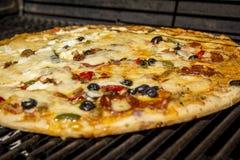 Sluit omhoog van een pizza Stock Afbeeldingen