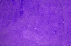 Sluit omhoog van een purpere laag, bonttextuur aan achtergrond stock afbeelding