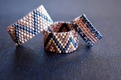 Sluit omhoog van een reeks van drie geparelde ringen Royalty-vrije Stock Fotografie