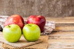 Sluit omhoog van een rode appel en groene appel op een houten lijst Royalty-vrije Stock Afbeelding