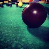 Sluit omhoog van een rode bal bij een billardsspel Royalty-vrije Stock Afbeeldingen