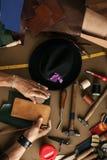 Sluit omhoog van een schoenmaker die met leersteekproef en hamer op workshop werken royalty-vrije stock foto's