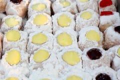 Sluit omhoog van een selectie van kleurrijke donuts. Stock Foto's