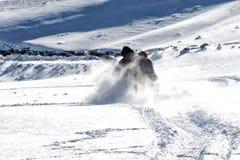 Sluit omhoog van een skiër terwijl het ski?en op de berg Stock Foto's