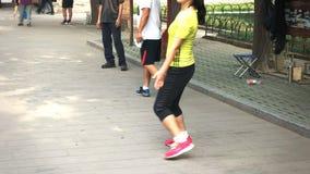 Sluit omhoog van een speler betrokken bij een spel van jianzi in Peking, China stock footage