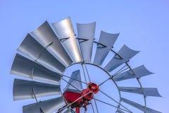 Sluit omhoog van een staal windpump met lichtblauwe hemel op de achtergrond stock afbeelding