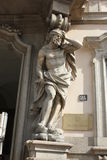 Sluit omhoog van een standbeeld bij de ingang van Palazzo Litta in Milaan Stock Afbeeldingen