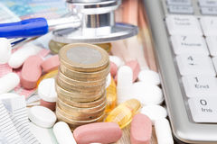 Sluit omhoog van een stapel van geld met capsules royalty-vrije stock foto