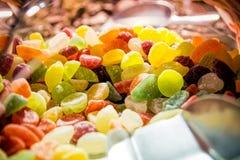 Sluit omhoog van een stapel van kleurrijk zoet suikergoed Stock Fotografie