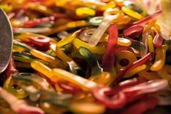 Sluit omhoog van een stapel van kleurrijk zoet suikergoed Royalty-vrije Stock Afbeeldingen