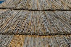 Sluit omhoog van een strandparaplu stock fotografie