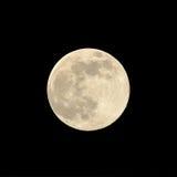 Sluit omhoog van een super maan in Augustus 2014 tegen een zwarte achtergrond Stock Foto