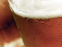 Sluit omhoog van een twee biermokken stock foto's