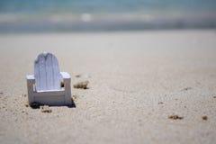 Sluit omhoog van een uiterst kleine stoel op een mooi tropisch strand stock foto's