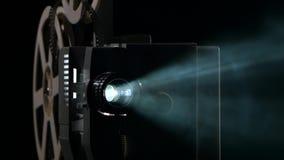 Sluit omhoog van een uitstekende filmprojector Projectiestralen stock videobeelden