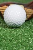 Sluit omhoog van een uitstekende houten golfclub drie met bal stock foto