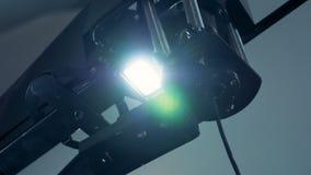 Sluit omhoog van een verlichtingshulpmiddel met trillend licht stock video