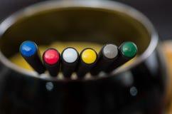 Sluit omhoog van een verwarmde pot met geassorteerde kazen, met kleurrijke vorken die binnen van de pot op een houten lijst, kaas Royalty-vrije Stock Afbeelding