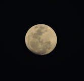 Sluit omhoog van een volle maan in Februari 2014 tegen een zwarte achtergrond Stock Foto
