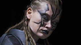 Sluit omhoog van een vreemde vrouw met enge witte ogen en verf op haar gezicht, 4k stock videobeelden