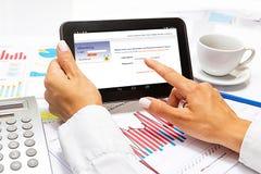 Sluit omhoog van een wijfje overhandigt, online winkelend, bij bureau Stock Afbeelding