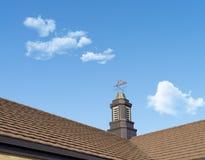 Sluit omhoog van een windwijzer op een dak, windindicator, over blauwe hemel Royalty-vrije Stock Afbeelding