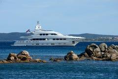 Sluit omhoog van een wit die jacht in Costa Smeralda wordt vastgelegd Royalty-vrije Stock Foto's