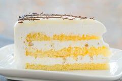 Sluit omhoog van een witte cake van de chocoladeroom Stock Foto