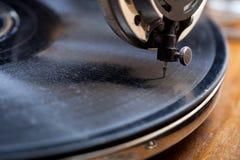 Sluit omhoog van een zeer oude grammofoon royalty-vrije stock afbeelding