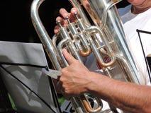 Sluit omhoog van een zilveren tuba die worden gespeeld Stock Afbeelding
